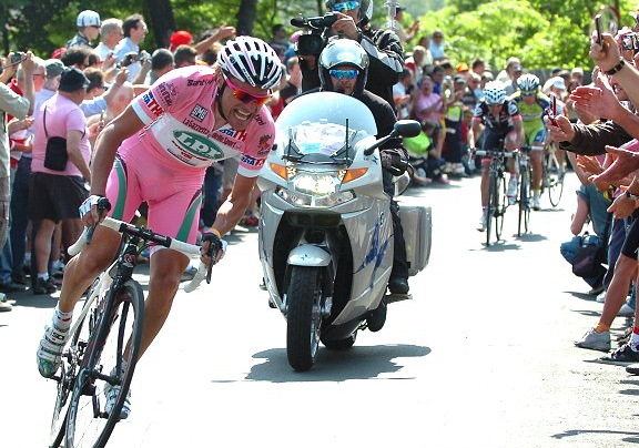 2009_giro_d_italia_stage10_danilo_di_luca_maglia_rosa_lpr_brakes_attacks.jpg